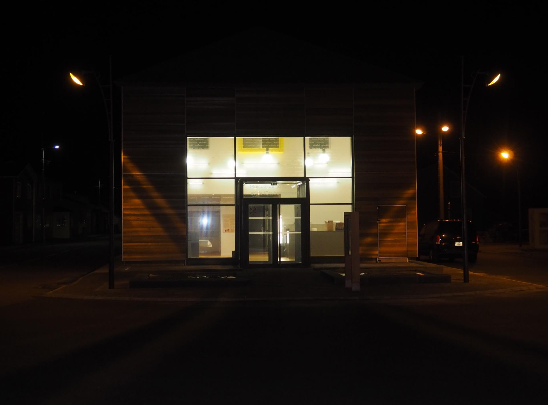 Facade d entree de nuit